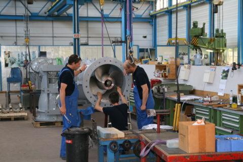 Justierung des Propellerkopfs einer Rohrbogenpropeller-Pumpe RPGA 701 LB6.1 im Egger-Stammwerk Cressier, CH