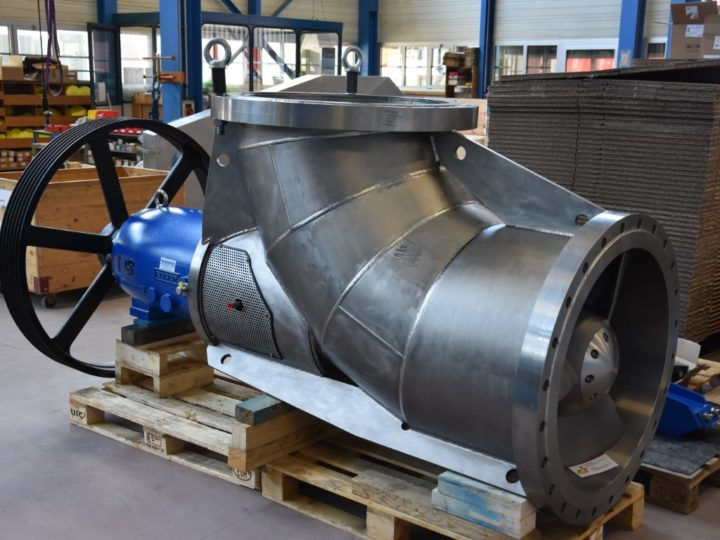 Big Titanium axial propeller pump for the salt industry